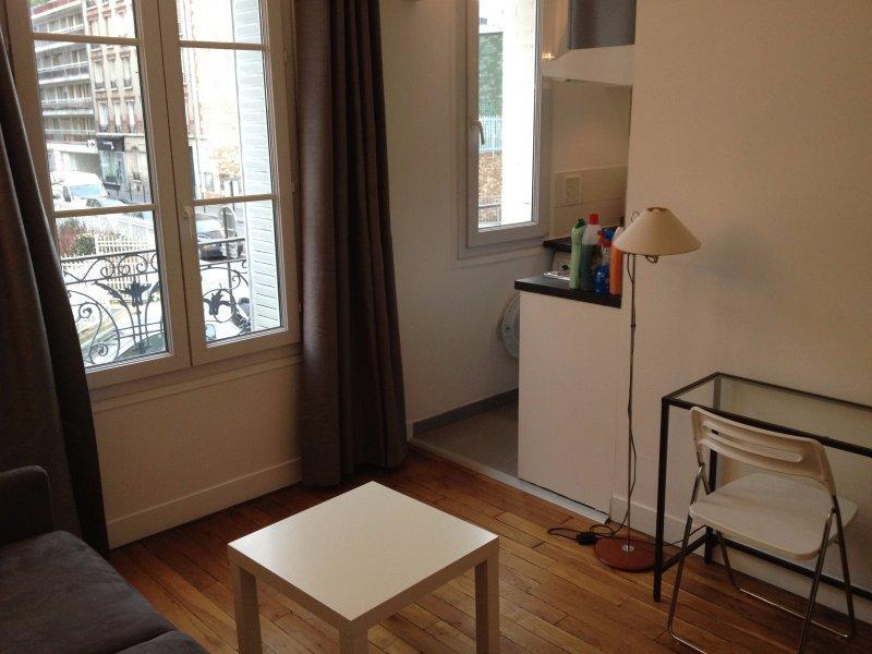 location beau studio meubl proche les passages. Black Bedroom Furniture Sets. Home Design Ideas