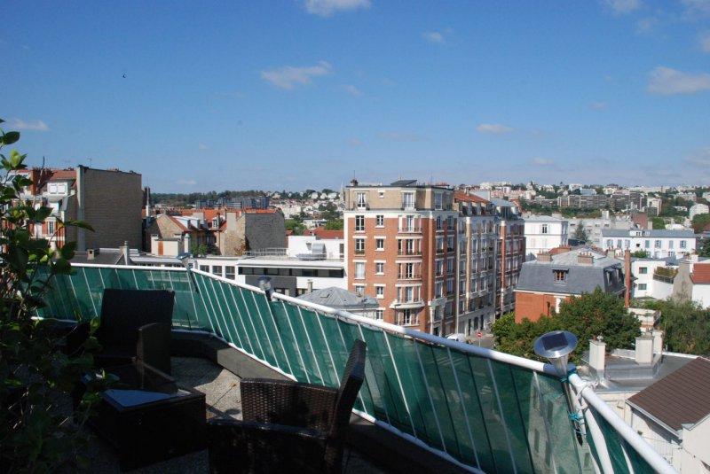 location une terrasse sur les toits de 40 m2 avec verdure et clairage pour ce beau 2 pi ces meubl. Black Bedroom Furniture Sets. Home Design Ideas